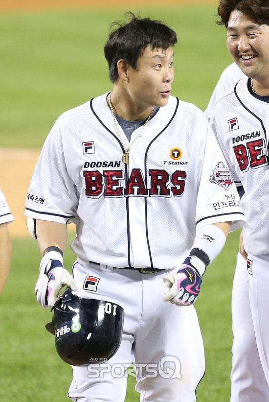 [포토Q] 두산 박세혁 '끝내기 홈런 봤어?'