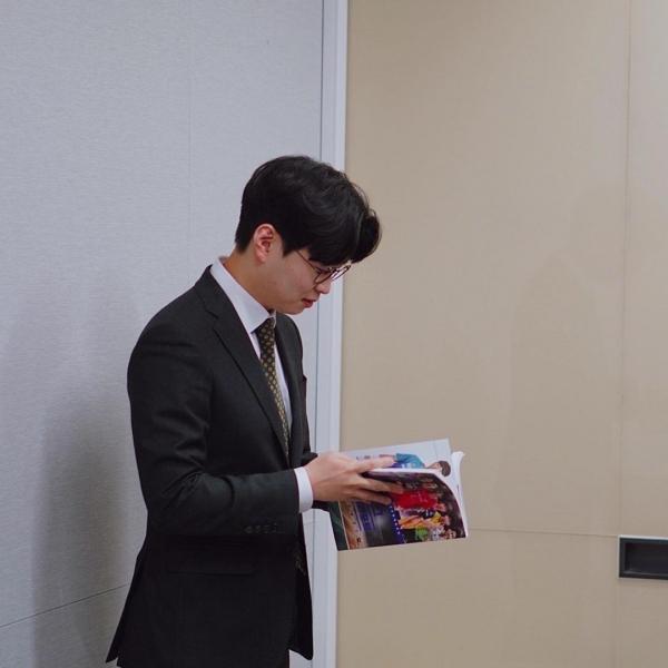 자신의 책 '스카우팅리포트'를 보고 있는 이호근 아나운서.